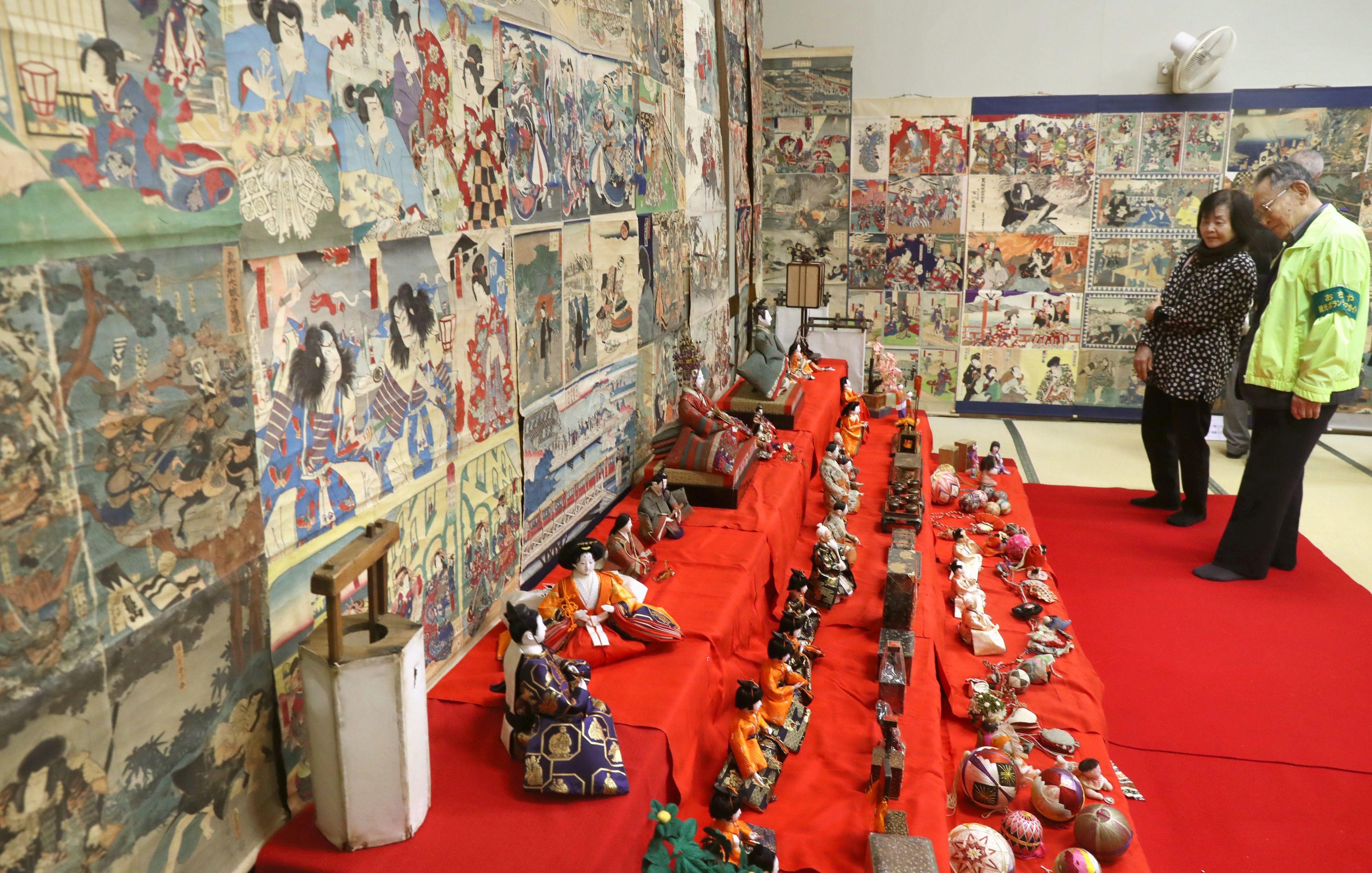 ひな人形の周りに浮世絵を飾った「絵紙で彩る小千谷のひいな祭り」=25日、小千谷市平成2の照専寺