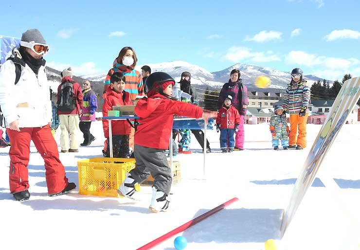 菅平高原パインビークスキー場の「雪の運動会」で「鬼退治」をして遊ぶ子どもたち=上田市