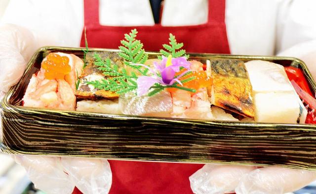 優秀賞を受賞した「福井のグルメ 押し寿司盛り合わせ」=福井市開発町のハニー新鮮館中央市場前