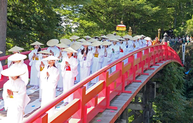 白装束に身を包んで目隠しをした女人衆が、橋に敷いた白布の上をゆっくりと渡る「布橋灌頂会」=立山町芦峅寺(2014年)