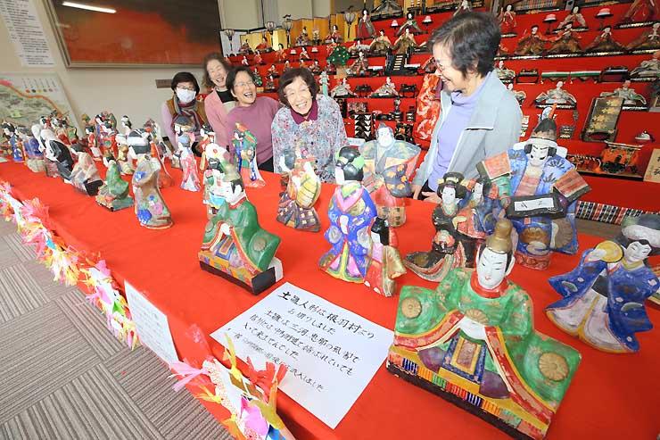 根羽村に伝わる土びな(手前)も飾られ、華やかな雰囲気の会場=1日、阿智村駒場