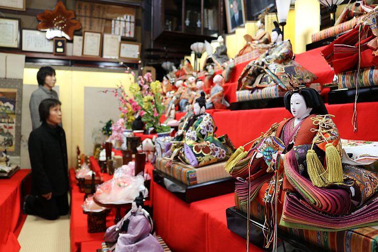 多くの観光客でにぎわう「町屋の人形さま巡り」=1日、村上市小国町
