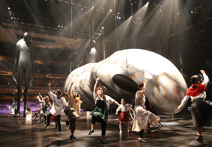 巨大な造形作品の周りで繰り広げられるダンスパフォーマンス=オーバード・ホール