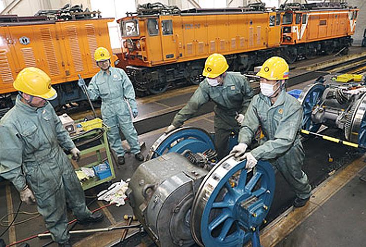 トロッコ電車のモーターを整備する社員ら=黒部峡谷鉄道