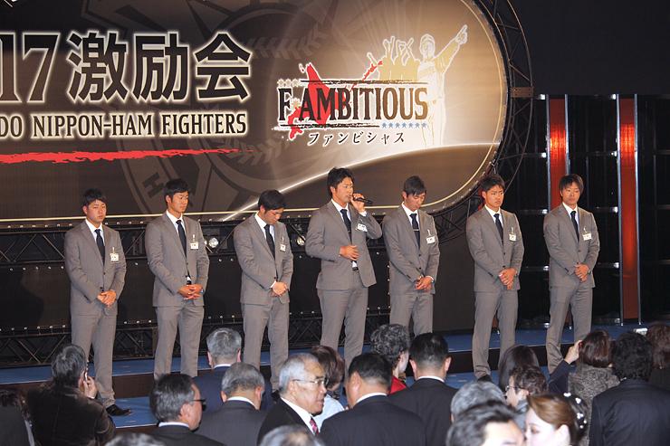 新入団選手の紹介で、「将来は4番打者を目指したい」と語る森山選手(中央)=札幌パークホテル
