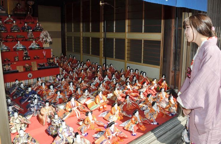 海野宿の街道沿いの民家に展示されたひな人形