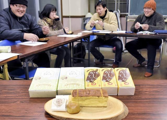 今庄宿の土産物として販売する「蔵のかしゅていら」と「今庄そばっこ」=南越前町今庄の昭和会館