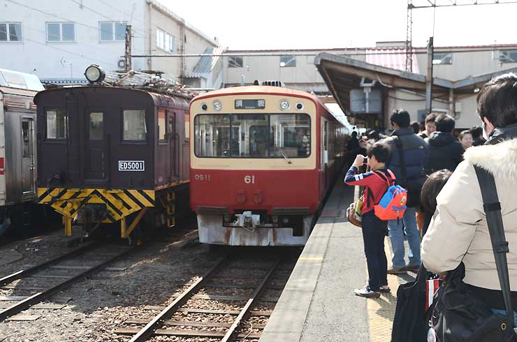 お別れ会で並んだオリジナル車両OS10系(右)と電気機関車ED5001形(左)