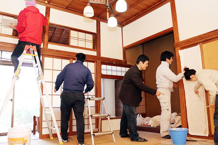 空き家の改修作業をする坂東さん(右から3人目)やボランティア