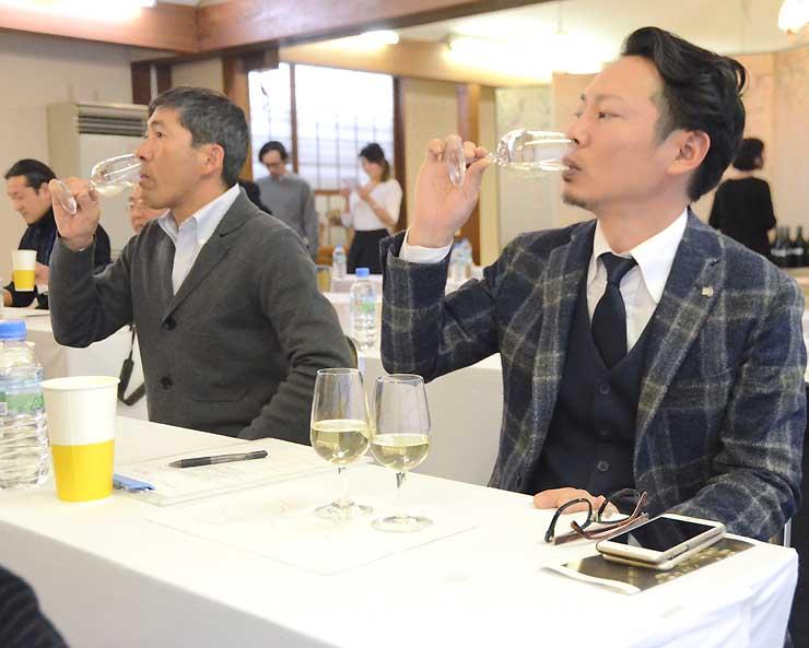 信州たかやまワイナリーが醸造したワインを試飲する参加者たち