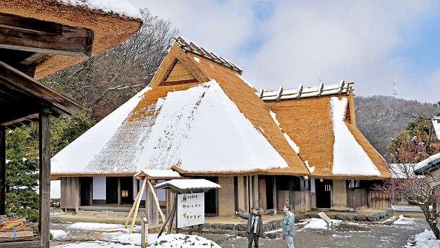 かやぶき屋根のふき替え工事が完了した旧岡本家住宅=8日、福井市