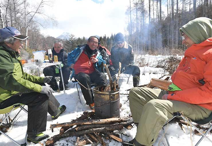 八ケ岳山麓の林で「雪中の宴」を楽しむ八ケ岳ひろがわら倶楽部のメンバー=8日午前11時半、原村