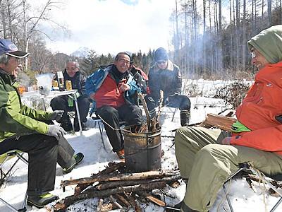 去りゆく冬惜しみ「雪中の宴」 原村のペンション経営者ら