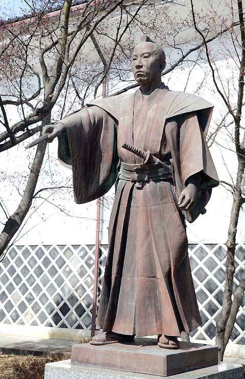 屋敷があった真田公園に立つ恩田木工民親の像