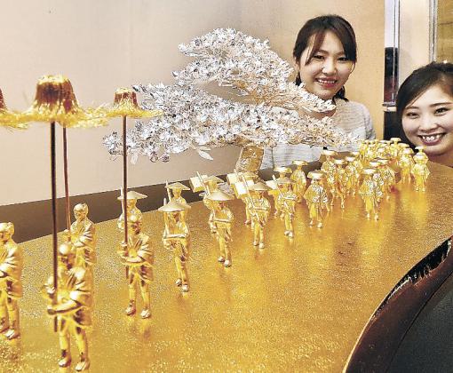 2千万円を超える純金の工芸品「大名行列」=金沢市内の百貨店