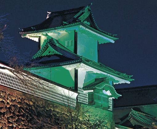 緑内障週間に合わせて緑色にライトアップされた石川門=金沢城公園