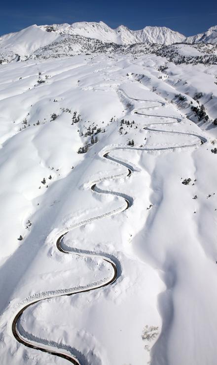 高原バス道路の除雪が進み、路面のカーブがくっきりと現れた立山・七曲付近=12日午後0時半ごろ