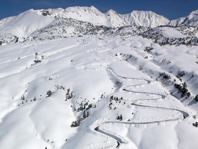 銀嶺に春の道 立山黒部アルペンルート除雪着々