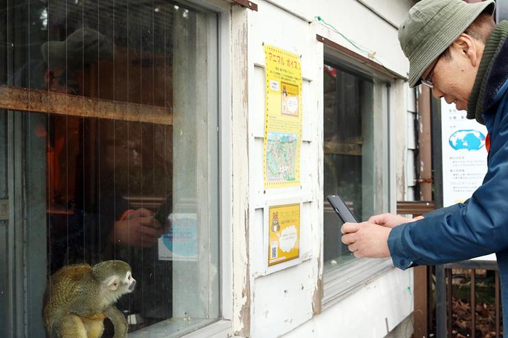 リスザル展示場前でバーコードを読み込む職員