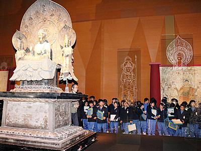 国宝の再現像に興味津々 高岡で団体鑑賞相次ぐ