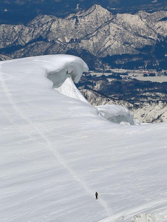 1キロ以上にわたって続く巨大な雪庇=13日、守門岳山頂付近