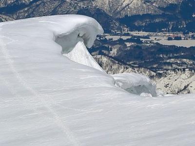 山も丸のみ?巨大な波 守門岳、全長1キロ超の雪庇