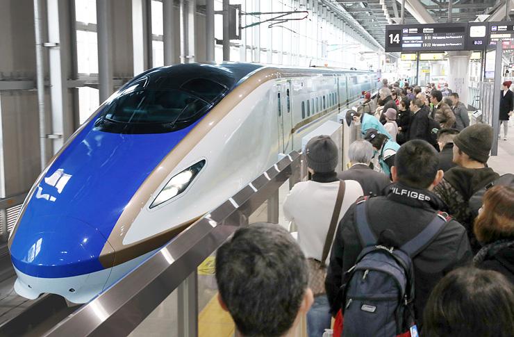開業2周年を迎えた北陸新幹線。大勢の利用者で混み合うJR富山駅ホーム=14日午前8時20分