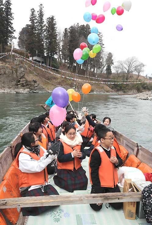 川開きを祝い、色とりどりの風船を飛ばす泰阜中の3年生=14日、飯田市の天竜川