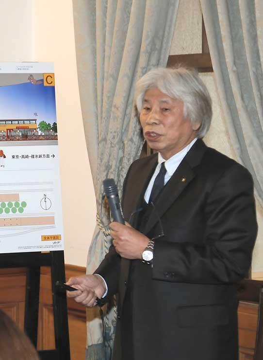 デザインのコンセプトなどを説明する水戸岡さん=14日、軽井沢町