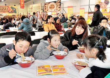 人気ラーメン店の味を堪能する来場者=15日、福井市の県産業会館