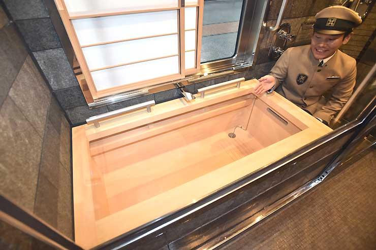 豪華寝台列車「トランスイート四季島」の車両内に設置されている木曽ヒノキ製の風呂=16日