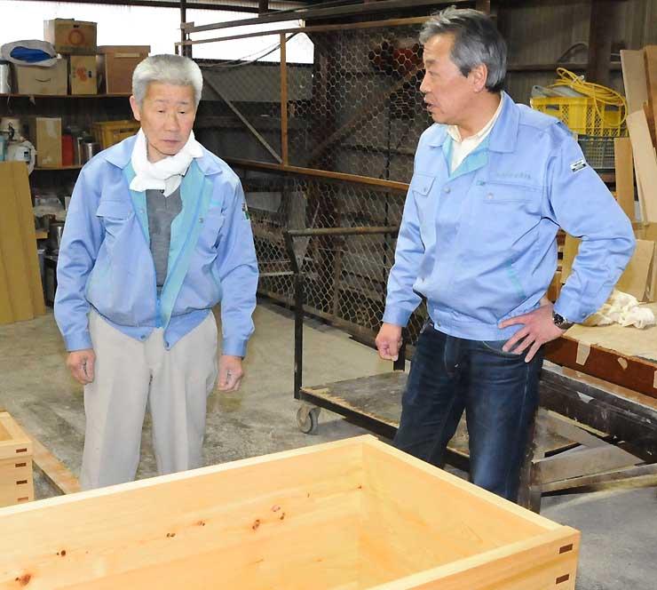 製作中の別のヒノキ風呂を前に、「四季島」の浴槽について振り返る志水社長(右)と平田さん=南木曽町