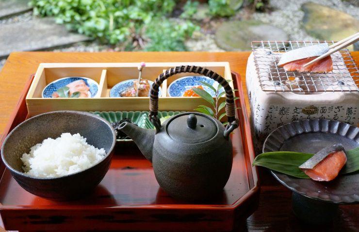 「千年鮭 井筒屋」で提供する「塩引鮭お茶漬御膳」のイメージ