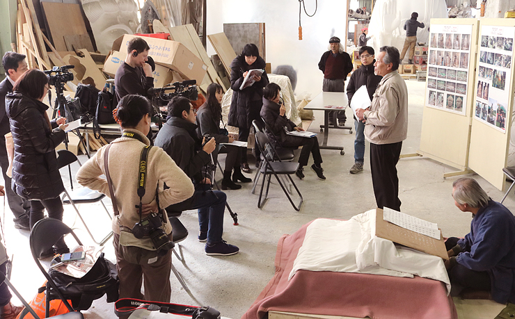 梶原社長(右から2人目)に制作工程を聞く参加者=梶原製作所