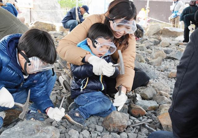 昨年、大勢の子どもたちでにぎわった化石発掘体験=福井県勝山市の長尾山総合公園