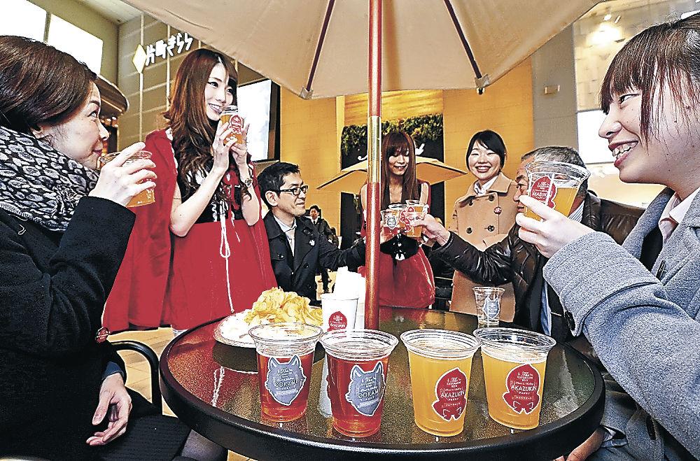 片町ビールで乾杯する参加者=金沢市片町2丁目
