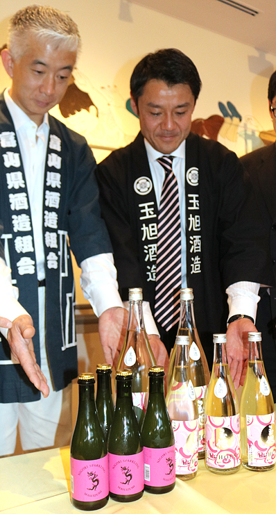 県産酒米を使って県酒造組合が開発した「富山オリジナル日本酒」を披露=県民会館