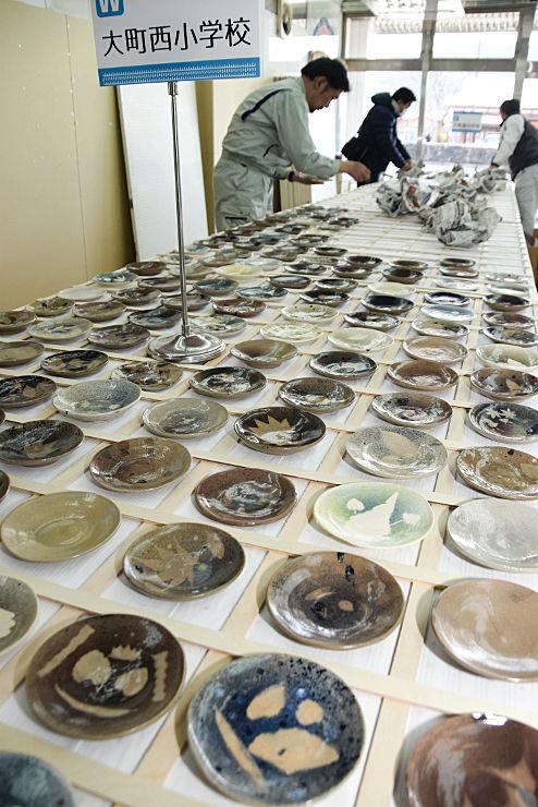 大町市内の小中学生が1人1枚ずつ絵付けした小皿