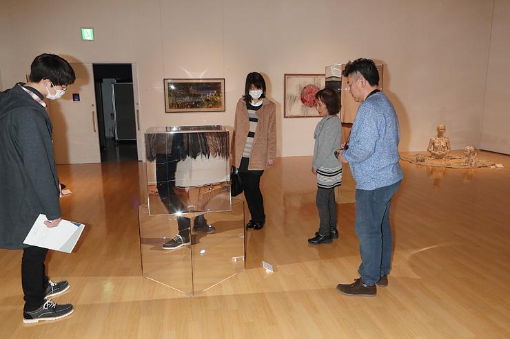 多彩な表現の作品がそろい、熱心に鑑賞する美術ファン=アートハウスおやべ