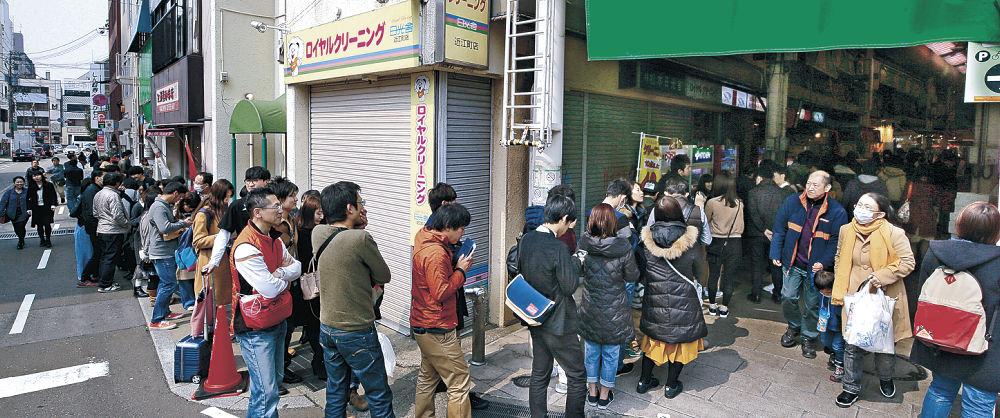 3連休2日目の金沢市内は観光客らでにぎわい、各地で長い行列ができた=金沢市の近江町市場