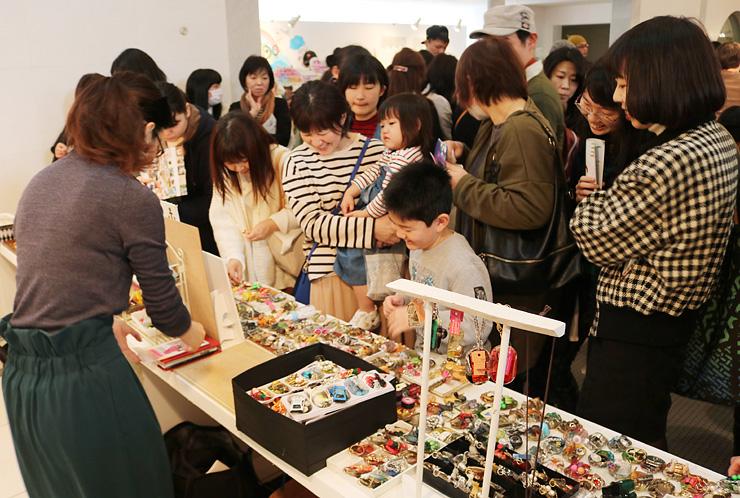 大勢の人でにぎわう「富山アートマーケット」