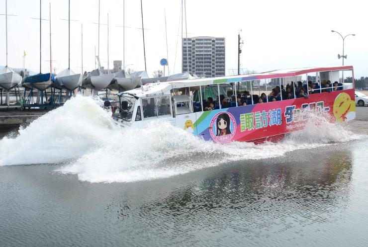 水しぶきを上げて諏訪湖に入る水陸両用バス