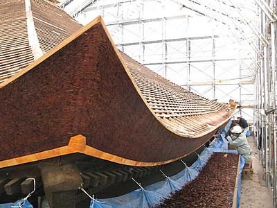 檜皮葺き、貴重な技を間近に 修理進む善光寺経蔵4月見学会
