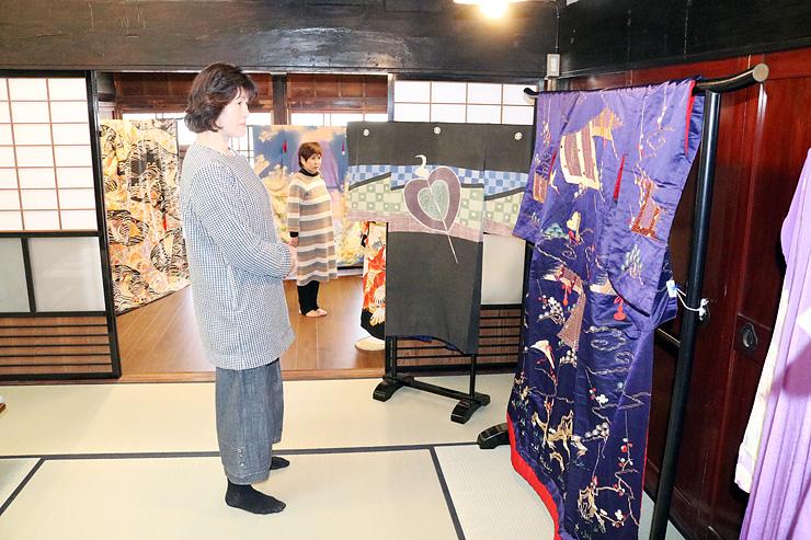 内見会で昔の着物が展示され、風情を漂わせる齋賀家