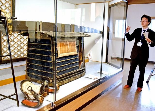 越前大野城で展示されている江戸期の婚礼道具の一つ「女乗物」=15日、福井県大野市の越前大野城