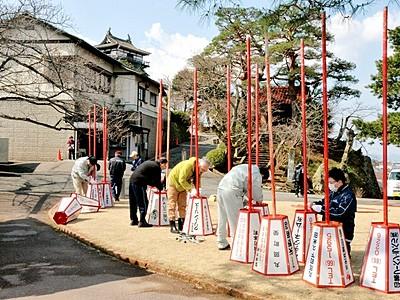 古城の桜にぼんぼり設置 まつり前に300基、坂井市丸岡