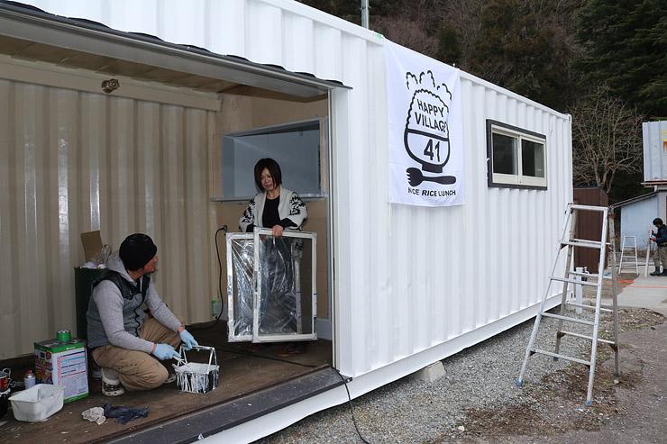 コンテナを改造した店舗で準備を進める幸村さん夫妻