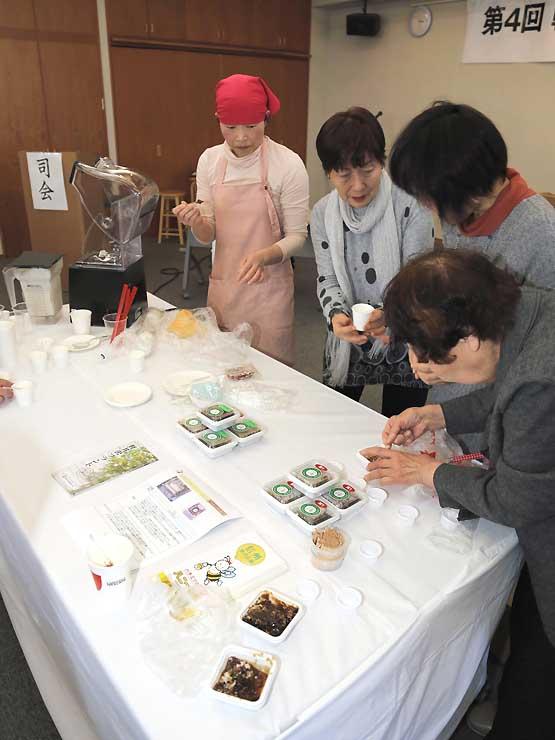 「軽井沢ブランド」の認定品を試食する出席者