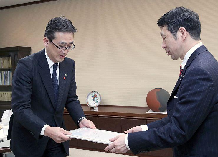 米山隆一知事(右)にDC開催を伝えたJR東日本新潟支社の弭間俊則支社長=23日、県庁