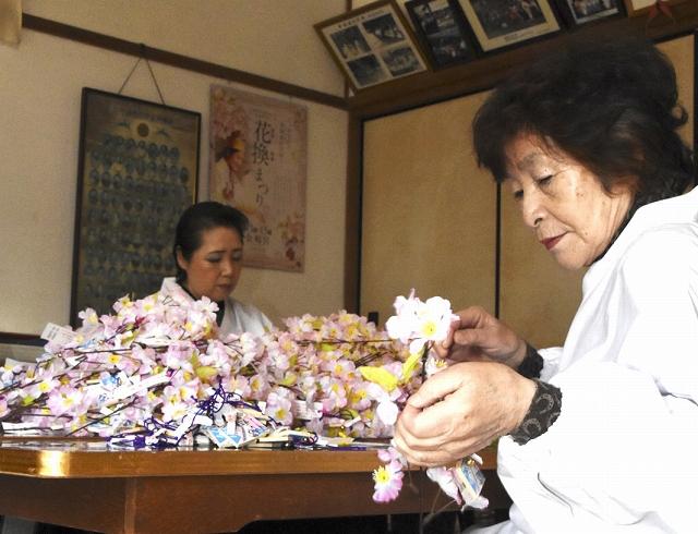 地元の女性により一本一本丁寧に仕上げられたサクラの小枝=24日、福井県敦賀市金ケ崎町の金崎宮